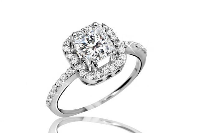 大きなダイヤモンドがついた指輪