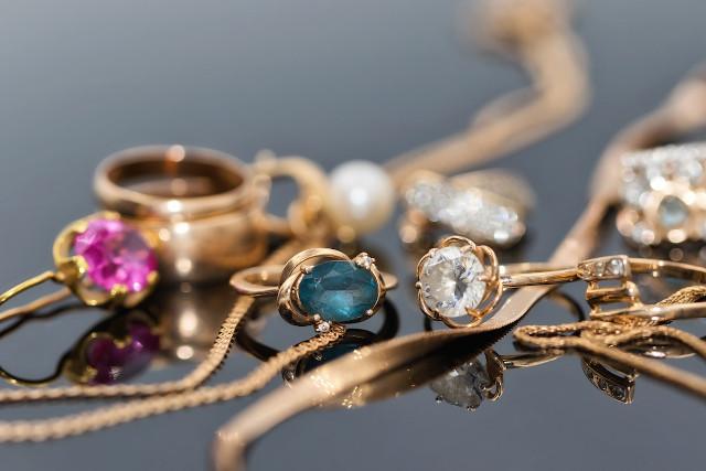 様々な宝石がついたアクセサリー