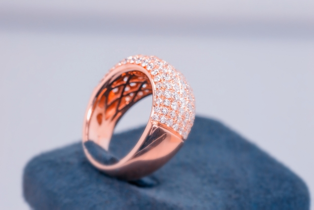 台座に飾られたピンクゴールドの指輪