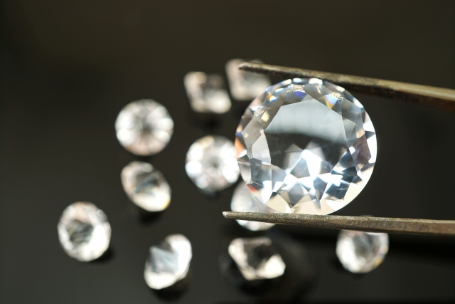 ピンセットで摘ままれた宝石