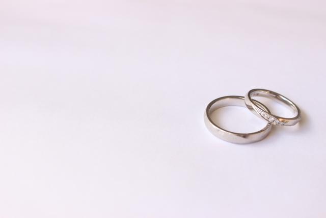 重ねて置かれたホワイトゴールドの指輪